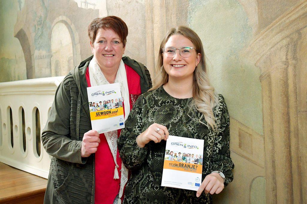 Carola Schroer (links) en Antonia Cornelißen van het GrensInfoPunt van de Euregio Rijn-Waal